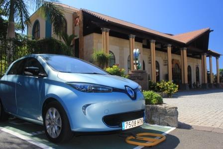 Renault ZOE de Esparent en su estacionamiento para vehículo eléctrico en el Hotel Cordial Mogán Playa