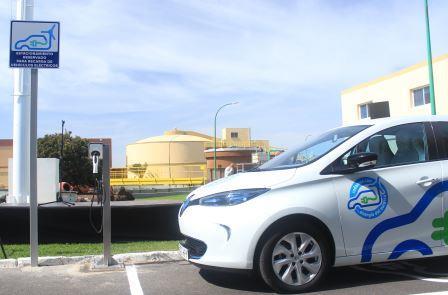 Renault Zoe en la plaza de aparcamiento reservada para vehículos eléctricos junto al punto de recarga en la EDAR de Arinaga