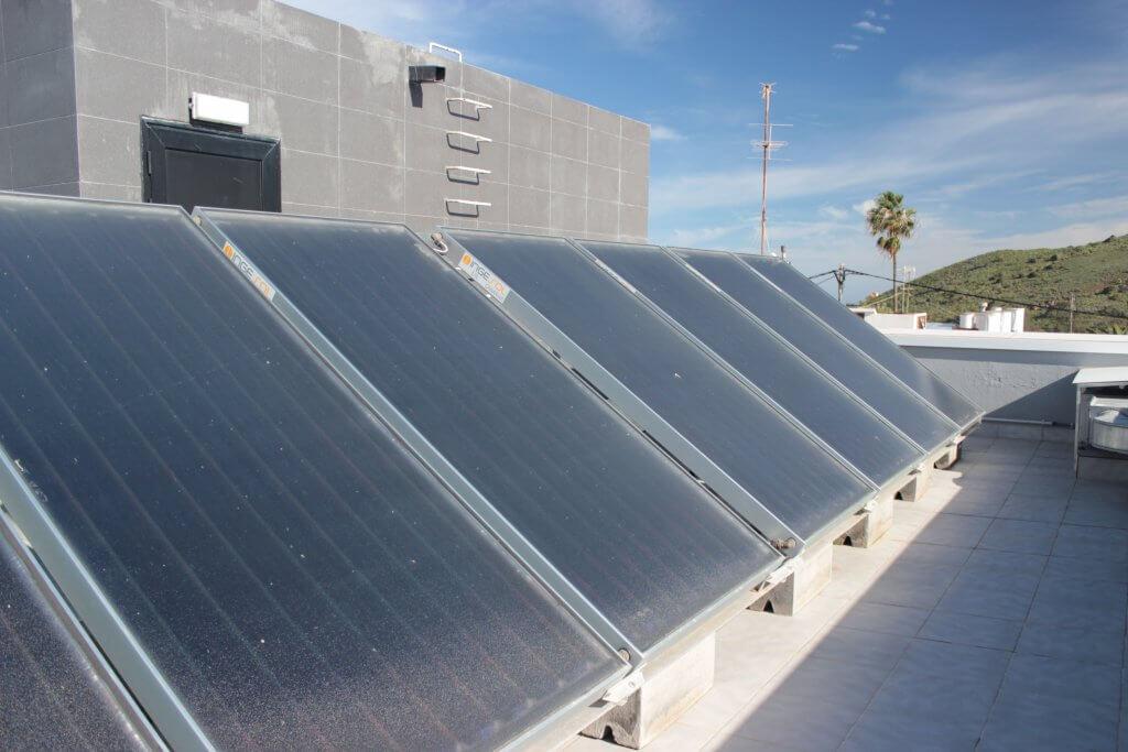Instalación de paneles solares térmicos en la Clínica Bandama