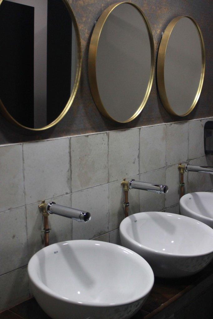 Detalle de los lavamanos en los aseos