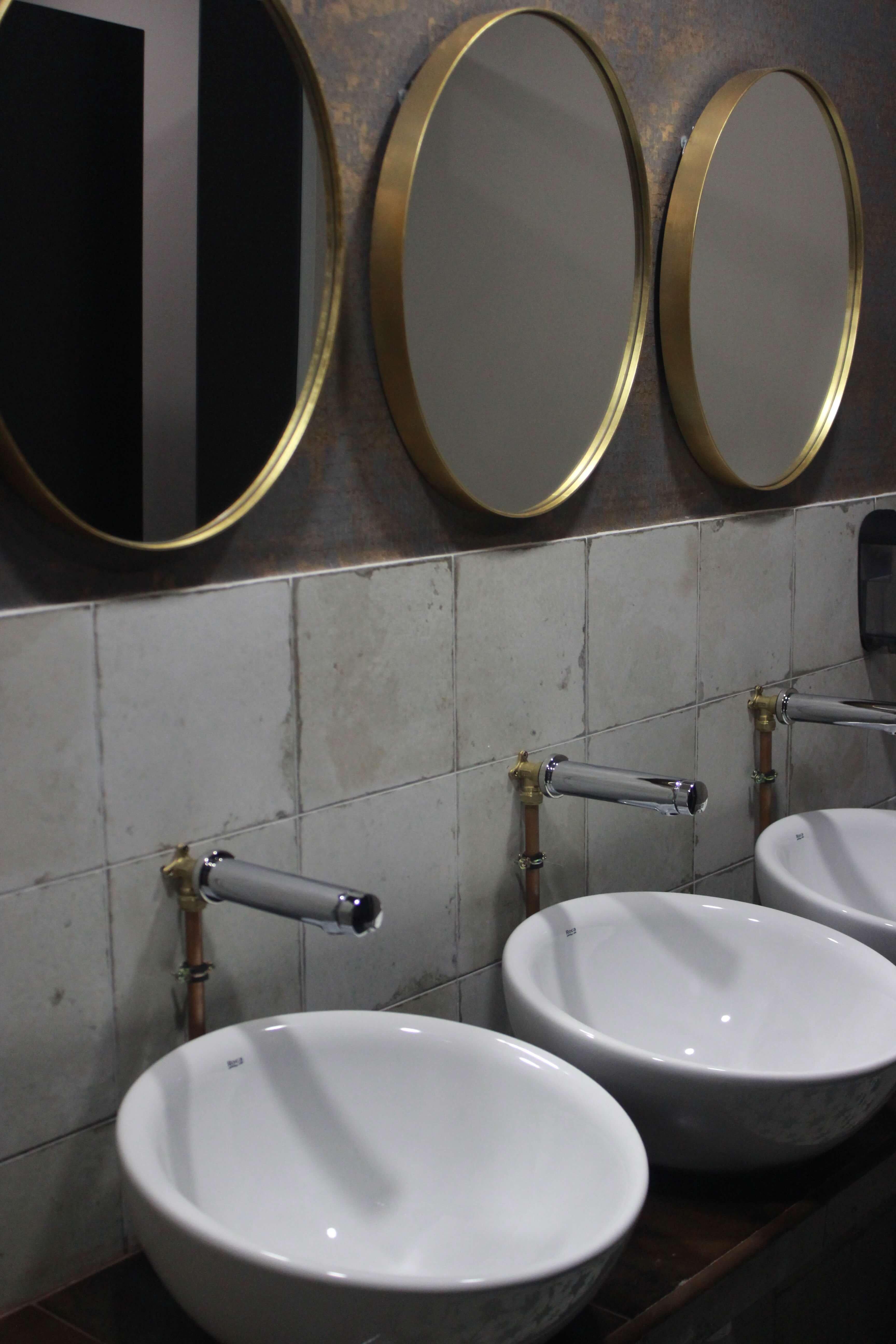 Detalles de los lavamanos de los aseos